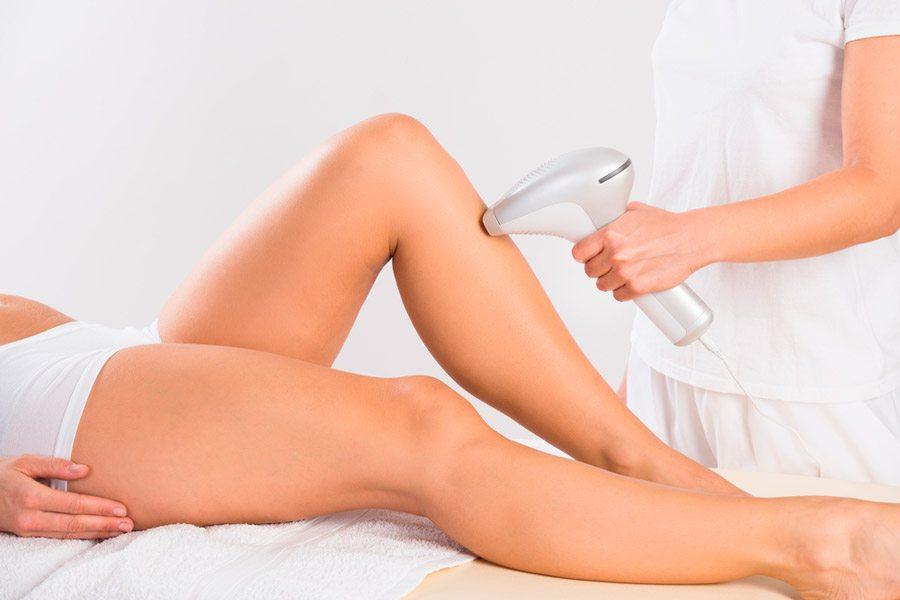 mujer recibiendo beneficios de la depilación láser en un tratamiento