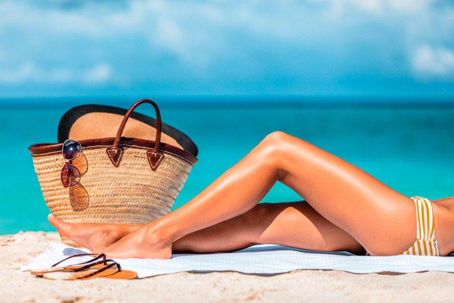 mujer con depilación láser verano durante bronceado