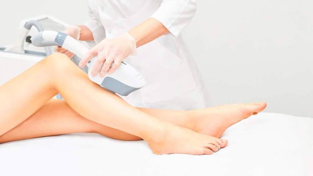 mujer en tratamiento de depilación láser y fotodepilación